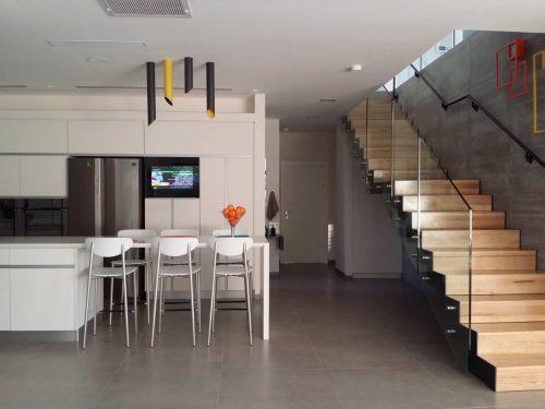 דגם הייטק דק / עץ אלון במבנה שלח ורום _ מעקות_ זכוכית ומאחז יד לקיר / אדריכלית דקלה יפה