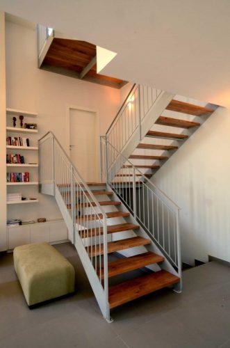 הייטק מקבילים / מדרגות לקומה וחצי