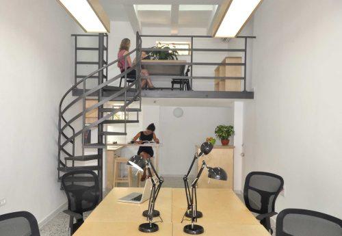 מדרגות לוליניות במשרד / דגם בוקסה חלקה / מעקה אופקי