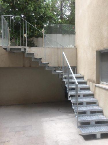 מדרגות לחצר אנגלית