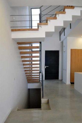 מדרגות משולבות / מרחפות וחיפוי עץ שלח בלבד