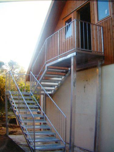 מדרגות חירום לבית עץ