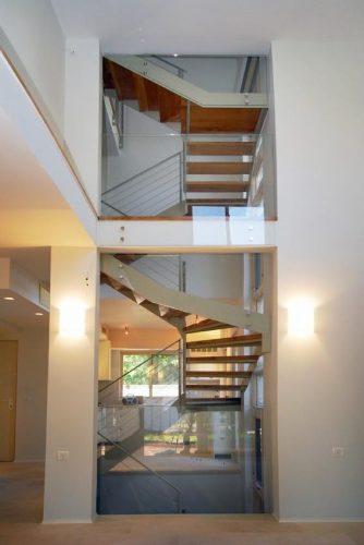מדרגות דגם הייטק מקבילים ל-3 קומות