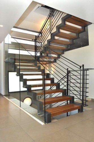 מעקה זכוכית טריפלקס / סוגר פתח וממשיך על מדרגות עד גובה תקן