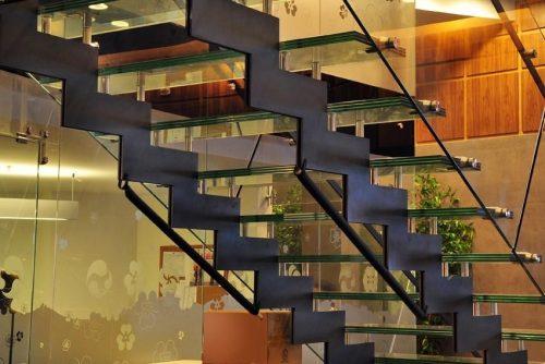 דגם הייטק דק / מדרך זכוכית / מדרגות במכון כושר