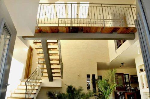 מדרגות משולבות / קורה מרכזית רחבה / גשר בין חדרים