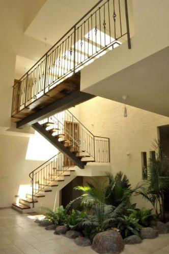 """מדרגות משולבות / קורה מרכזית רחבה / חיפוי עץ ע""""ג בטון / גשר מעבר בין חדרים"""