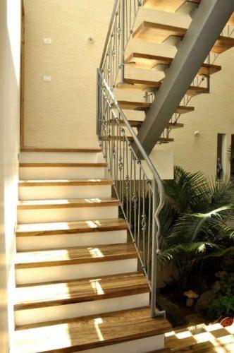 """מדרגות משולבות / מהלך ראשון חיפוי עץ ע""""ג בטון מהלך שני קורה מרכזית רחבה"""