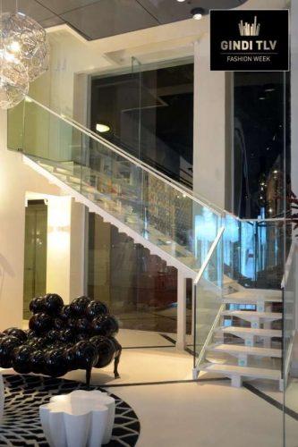 מרכז מכירות גינדי ת''א: מדרגות בשילוב שיש וזכוכית טריפלקס