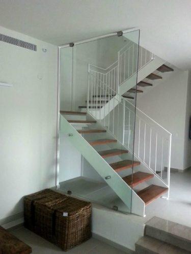 הייטק מקבילים / עץ אגוז אמריקאי / מעקות: בטיחותי תיקני מרובע וקיר זכוכית חיצוני לכיוון הסלון