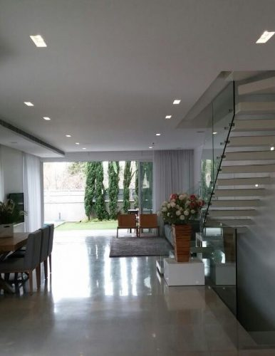 מדרגות מרחפות / עץ אלון מולבן / מעקה זכוכית