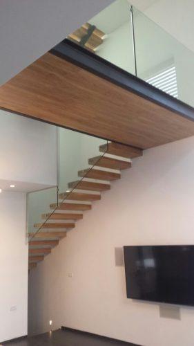 מדרגות מרחפות בשילוב גשר U