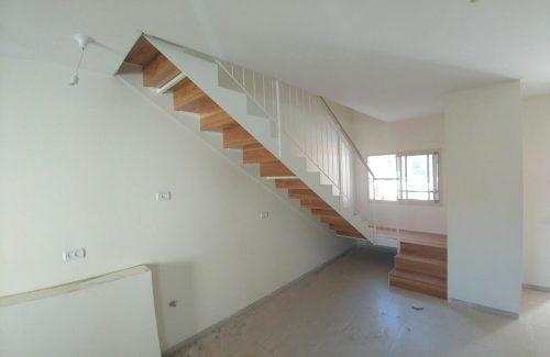 מדרגות דגם הייטק קלאסי / עץ: אלון במבנה שלח ורום / בזמן ביצוע