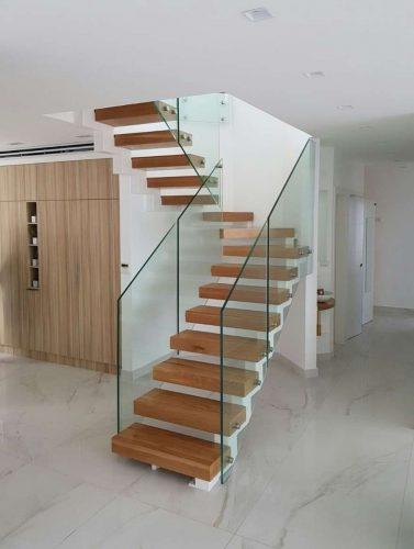 מדרגות מרחפות דגם כרמי בשילוב עץ אלון