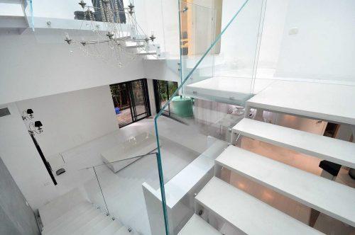 מדרגות הייטק דק בשילוב שייש לבן
