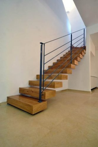 """מדרגות מרחפות במבנה קופסת עץ עובי 12 ס""""מ"""