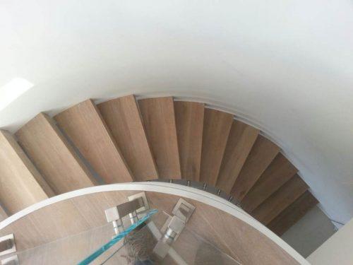 מדרגות מרחפות על קיר מעוגל / מבט על