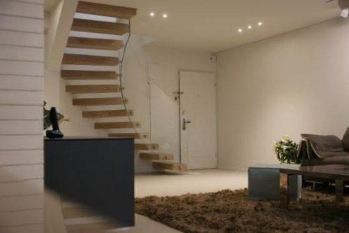 מדרגות מרחפות עלגבי קיר מעוגל