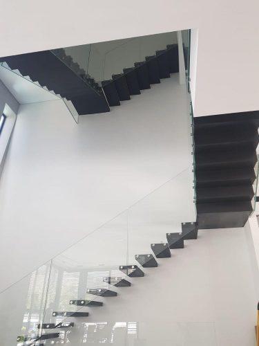 מדרגות מרחפות בשחור