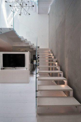 מדרגות היטק דק בשילוב שייש ומעקה זכוכית