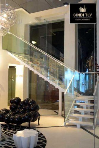 'מרכז מכירות גינדי ת''א'': מדרגות בשילוב שיש וזכוכית טריפלקס