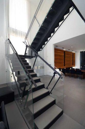 מדרגות מתכת בשילוב שיש וזכוכית