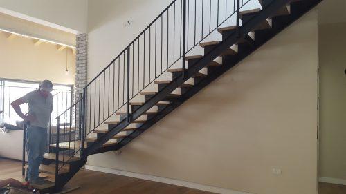 מדרגות פלדה 2 קורות דאבל טי בשילוב עץ בעת התקנתה