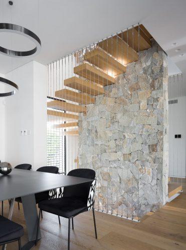 מדרגות קונזוליות / מרחפות סביב קיר