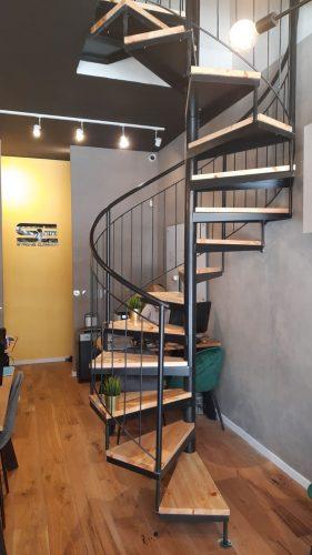 מדרגות למשרדים / דגם בוקסה חלקה בשילוב מעקה בטיחותי ועץ אורן
