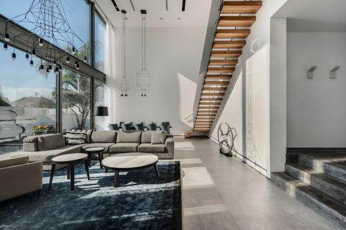 מערכת מדרגות מרחפת | מעקה זכוכית שחורה | אדריכלית דורית סלע |צילום עודד סמדר