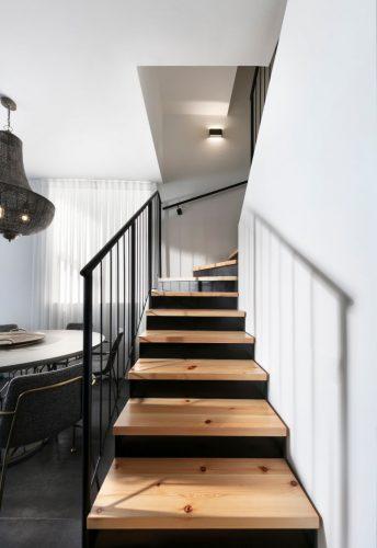 עץ אורן פיני - על גבי מדרגות מתכת רום ושלח פלדה / מבנה עץ שלח