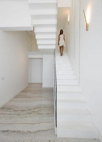 חיפוי מתכת על גבי מדרגות בטון